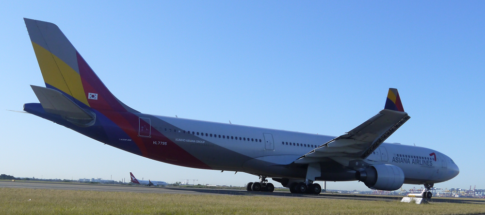 Asiana Airbus A330 taxi at Sydney_3_s