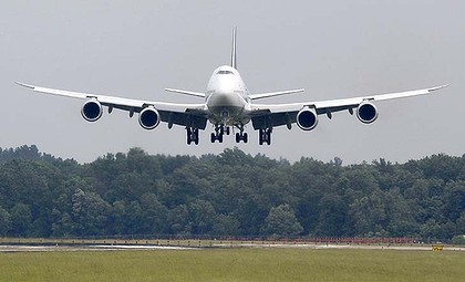 Boeing-747-8i-First-Flight-Lufthansa lands at Dulles