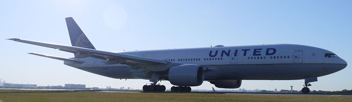 United Boeing 777 taxi for 34L at Sydney_4_692x201