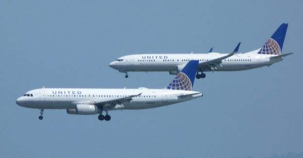 United Airlines Airbus A320 and Boeing 737-800 on final approach at San Francisco.